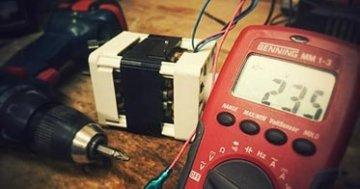 Digital Multimeter mit Akkuschrauber auf Werkbank.